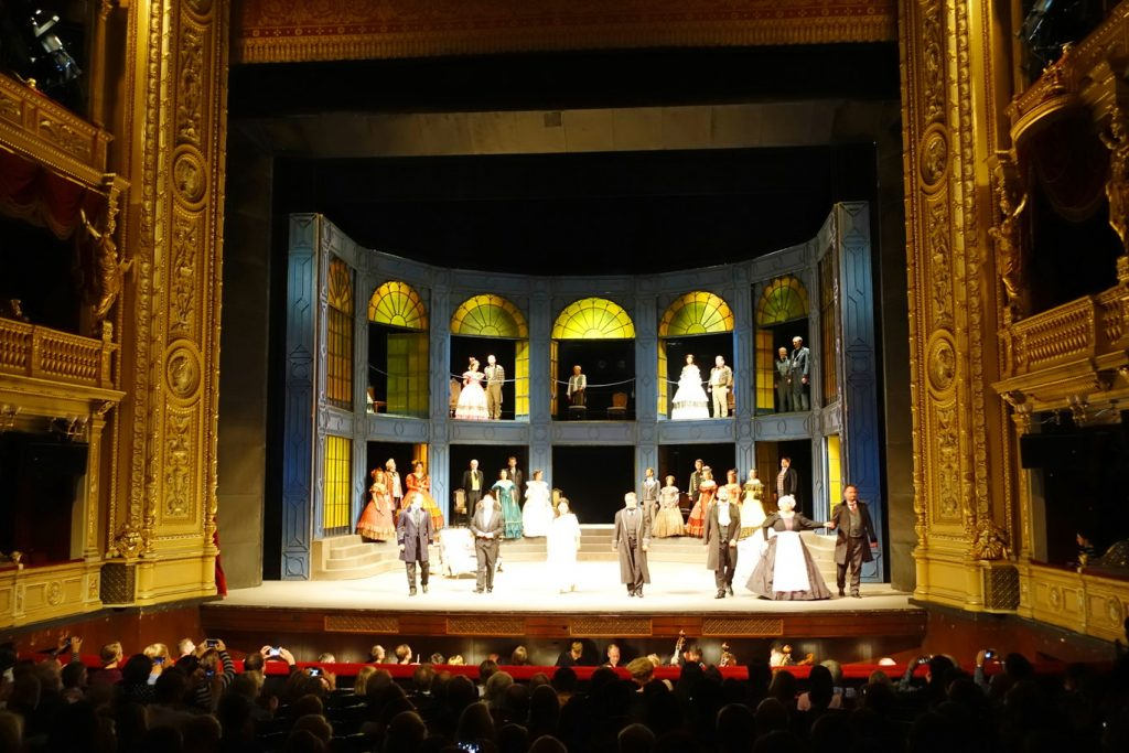The final bow of La Traviata performers.