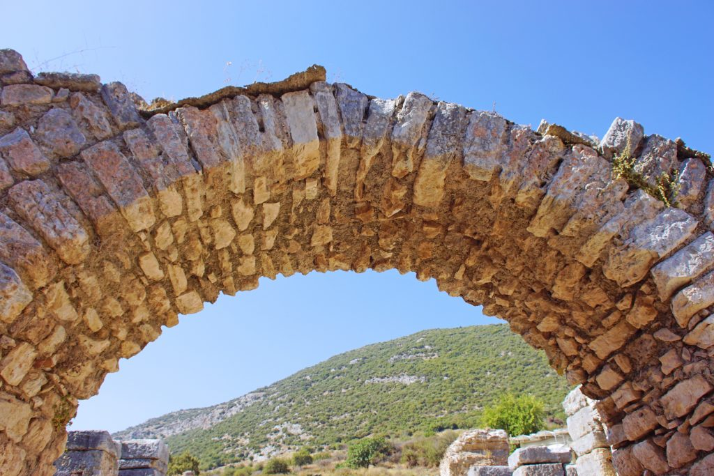 A close-up of a simpler arch.